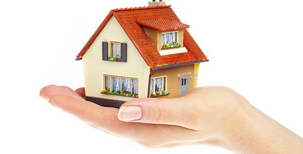 تصویر خانه کوچک و دست انسان