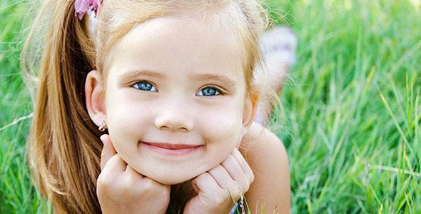 تصویر پس زمینه دختر بچه روی چمن