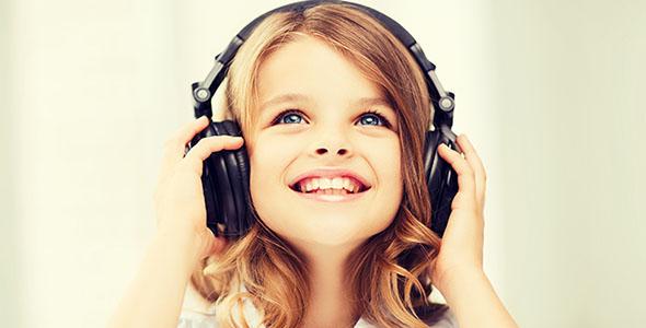 تصویر دختر بچه و گوش دادن به موسیقی