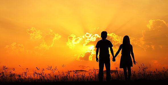 تصویر ضد نور زن و مرد عاشق در غروب آفتاب