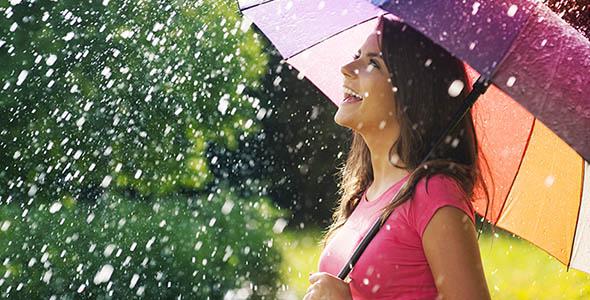 تصویر زن جوان با چتر در گرمای تابستان