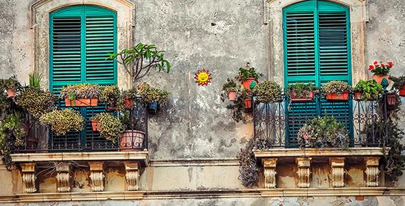 تصویر پس زمینه پنجره و بالکن قدیمی