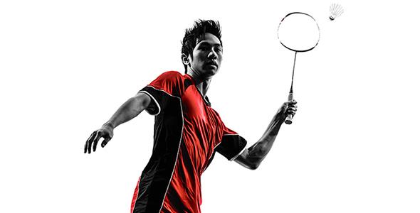 تصویر مرد جوان در حال بازی بدمینتون