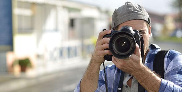 تصویر مرد عکاس و دوربین عکاسی