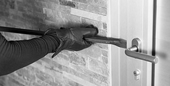 تصویر دزد و باز کردن درب خانه