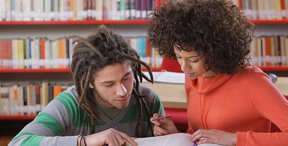 تصویر دانش آموزان در داخل کتابخانه