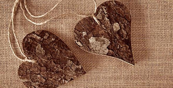 تصویر قلب چوبی و پارچه قهوه ای