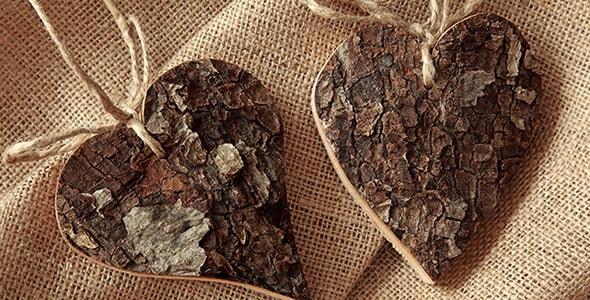 تصویر قلب چوبی روی پارچه قهوه ای