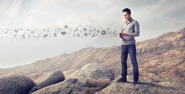 تصویر مرد جوان در کوه با تلفن همراه