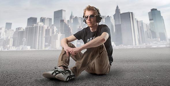 تصویر مرد جوان و گوش دادن به موسیقی
