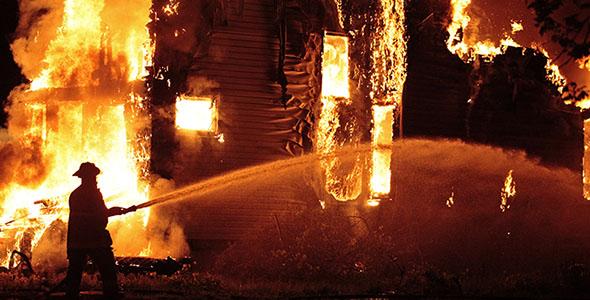 تصویر آتش نشان و مهار شعله های آتش