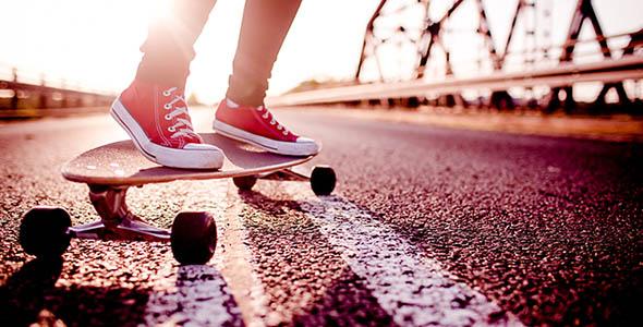 تصویر انسان و ورزش اسکیت برد در خیابان