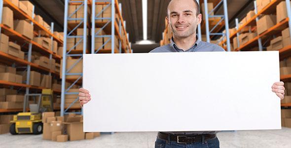 تصویر مرد جوان و نگه داشتن تابلو در انبار
