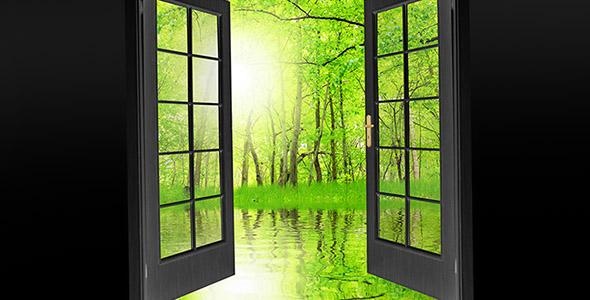 تصویر درب باز شده روبه منظره و باغ