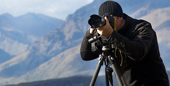 تصویر پس زمینه عکاس مرد در طبیعت