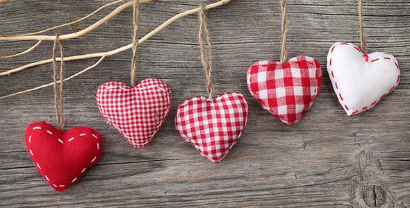 تصویر قلب قرمز پارچه ای روی میز چوبی