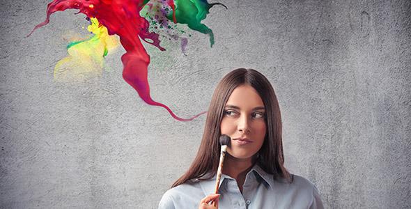 تصویر زن جوان با قلم مو نقاشی و رنگ ها