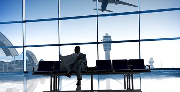 تصویر مرد تاجر و خواندن روزنامه در فرودگاه