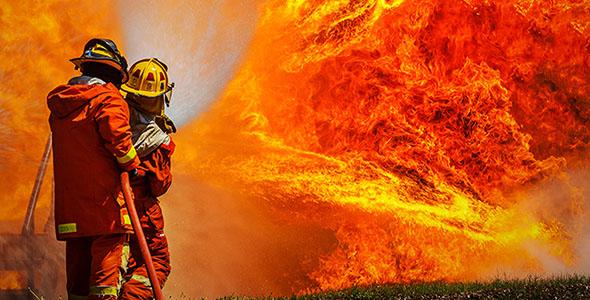 تصویر آتش نشان و تمرین مهار آتش