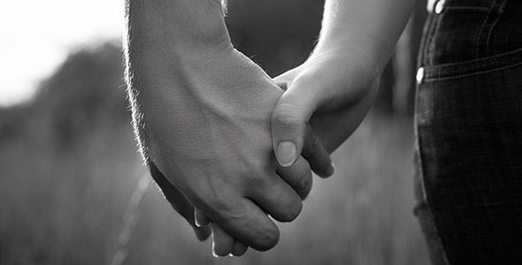 تصویر پس زمینه دست زن و مرد عاشق