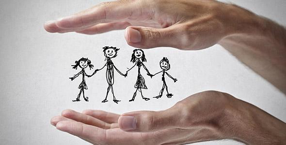 تصویر دست با مفهوم محافظت از خانواده