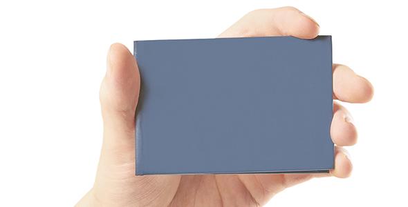 تصویر دست انسان و نگه داشتن کارت
