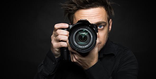 تصویر مرد عکاس و نگه داشتن دوربین عکاسی