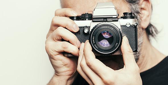 تصویر پرتره مرد و عکاسی با دوربین قدیمی