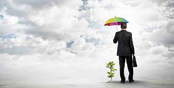 تصویر مرد جوان و چتر با مفهوم امنیت