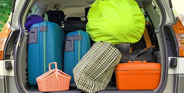 تصویر چمدان در صندوق عقب ماشین