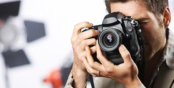 تصویر مرد جوان و عکاسی با دوربین دیجیتال