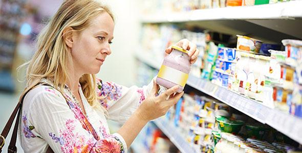 تصویر زن جوان و خرید کردن در فروشگاه