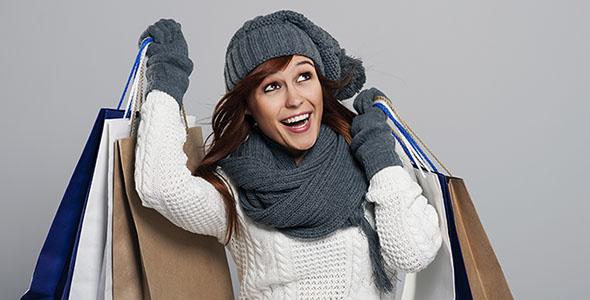 تصویر زن جوان و خرید لباس زمستانی