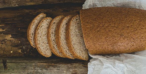 تصویر نان روز میز چوبی
