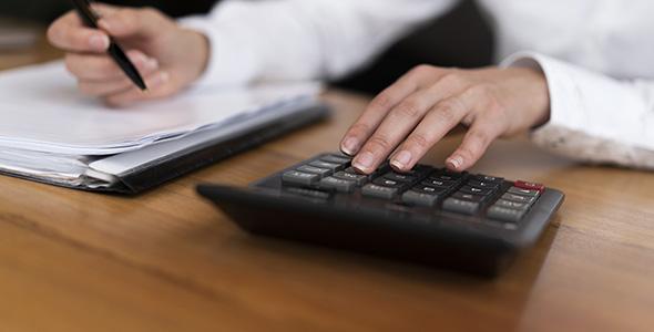 تصویر دست انسان با مفهوم حسابداری
