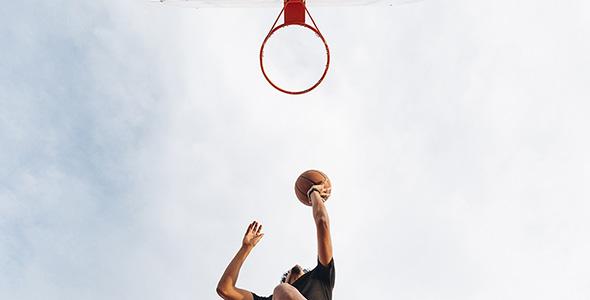 تصویر مرد جوان و بازی بسکتبال