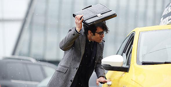 تصویر مرد جوان و تاکسی سوار شدن