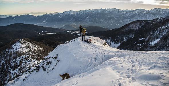 تصویر کوهنوردان بالای کوه برفی