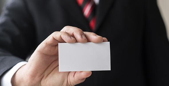 تصویر مرد تاجر و نگه داشتن کارت ویزیت