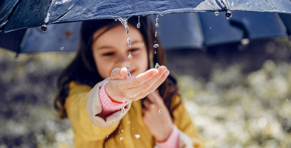 تصویر دختر بچه با چتر زیر باران