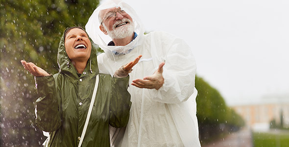 تصویر زن و مرد مسن زیر باران