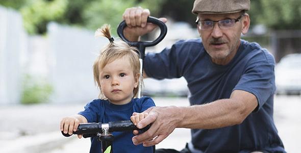 تصویر پدربزرگ و نوه در حال بازی