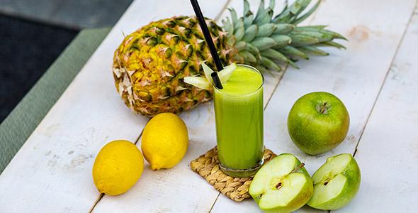تصویر آب میوه سیب سبز و لیمو با آناناس