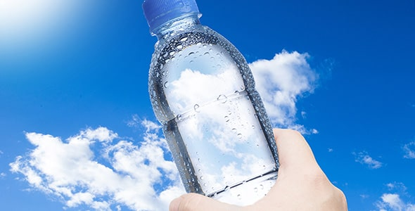 تصویر دست و نگه داشتن بطری آب