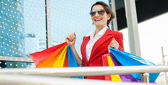 تصویر زن جوان با پاکت خرید و خرید کردن