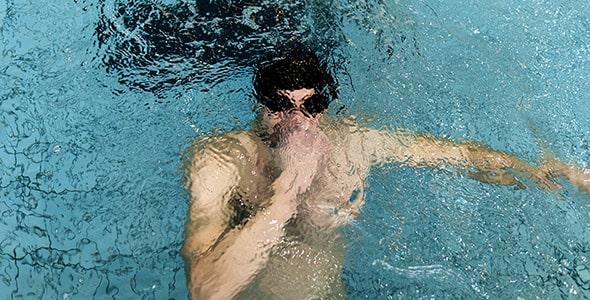 تصویر مرد و حبس نفس زیر آب