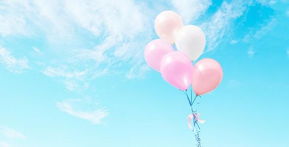 تصویر بادکنک رنگی در آسمان آبی