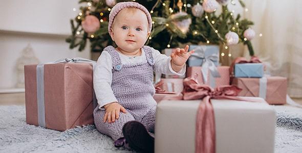 تصویر دختر بچه نشسته و کادو کریسمس
