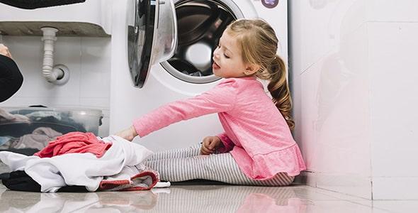 تصویر دختر بچه کنار ماشین لباسشویی