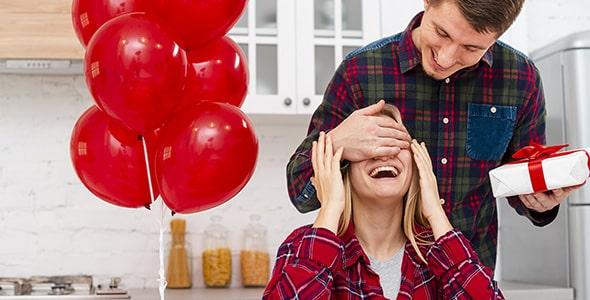 تصویر زن و شوهر جوان و سورپرایز کردن